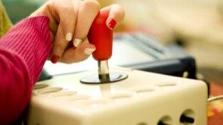 Eine Hand bedient eine spezielle Computer-Maus