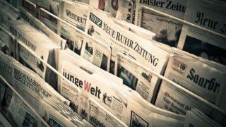 Auslage mit verschiedenen Tageszeitungen